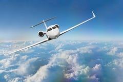 Handlowe samolotowe latające above chmury Fotografia Royalty Free