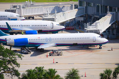Handlowi samolotów samoloty łączący terminal Zdjęcia Stock