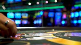 Handlowiec daje z powrotem wygranie transakcje i gracz bawi? si? trzy karcianego grzebaka karty zbiory wideo