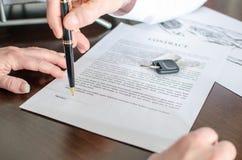 Handlowiec pokazuje podpisu miejsce contrac Obraz Stock