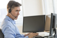 Handlowiec Używa Wieloskładnikowych ekrany komputerowych Podczas gdy Komunikujący Throu Obraz Royalty Free