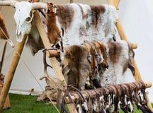 Handlowowie stoją i Średniowieczni fan na średniowiecznym festiwalu zdjęcie royalty free