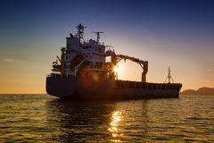 Handlowy ładunku statek przy zmierzchem Zdjęcie Royalty Free
