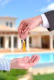 Handlowy agent daje kluczom klienta vertical skład Obraz Stock