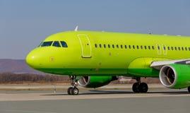 Handlowy dżetowy samolot na pasie startowym Samolotu kadłub Lotnictwo i transport zdjęcie royalty free
