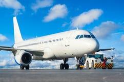 Handlowy pasażerski samolot podczas pcha z powrotem operację obrazy stock