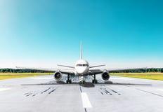 Handlowy pasażerski samolotowy taxiing pas startowy przy lotniskiem fotografia royalty free