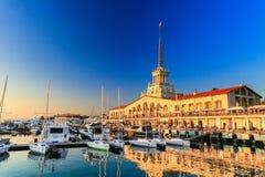 Handlowy port morski luksusowi jachty, silnik i żeglowanie łodzie, port morski w Czarnym morzu przy zmierzchem obrazy stock
