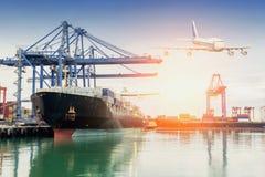 Handlowy port podczas gdy ładunek praca fotografia stock