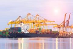 Handlowy port podczas gdy ładunek praca obrazy royalty free