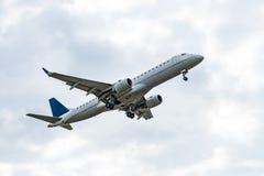 Handlowy samolot na niebie - pasażerski samolot - Obrazy Stock
