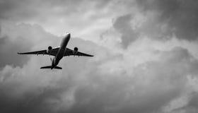 Handlowy samolot na popielatym niebie i chmurach z kopii przestrzenią Nieudany wakacje Beznadziejny i rozpacz pojęcie Markotny ni zdjęcie stock