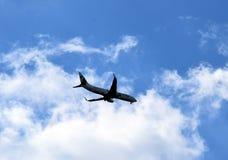 Handlowy samolot prawie przy lotniskiem fotografia royalty free