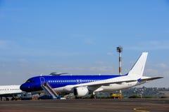 Handlowy samolot przy lotniskiem Fotografia Royalty Free