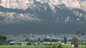 Handlowy samolot Tureckie linie lotnicze taxiing przeciw g?rom zdjęcie wideo