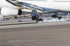 Handlowy samolotu lądowanie Na pasie startowym Obrazy Stock