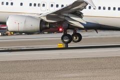 Handlowy samolotu lądowanie Na pasie startowym Fotografia Stock