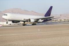 Handlowy samolotu lądowanie Na pasie startowym Obrazy Royalty Free