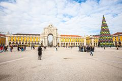 Handlu kwadrat w Lisbon w Portugalia Grupa turyści fotografia royalty free