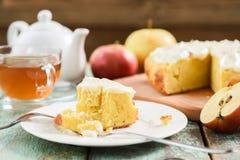 handluje porcelany świeżego porcelanowe truskawek herbatę razem Czarna herbata w szklanej filiżance z smakowitym domowej roboty j Zdjęcia Royalty Free