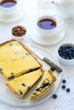 handluje porcelany świeżego porcelanowe truskawek herbatę razem Domowej roboty czarnej jagody cheesecake, filiżanki herbata, dokr Obrazy Stock