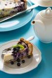 handluje porcelany świeżego porcelanowe truskawek herbatę razem Domowej roboty czarnej jagody cheesecake z ricotta serem na błęki Zdjęcie Royalty Free