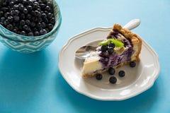 handluje porcelany świeżego porcelanowe truskawek herbatę razem Domowej roboty czarnej jagody cheesecake z ricotta serem na błęki Fotografia Stock