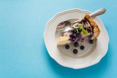 handluje porcelany świeżego porcelanowe truskawek herbatę razem Domowej roboty czarnej jagody cheesecake z ricotta serem na błęki Obraz Stock