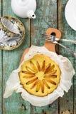 handluje porcelany świeżego porcelanowe truskawek herbatę razem Domowej roboty smakowity round tort z jabłkami świeżo piec wewnąt Fotografia Royalty Free