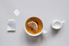 handluje porcelany świeżego porcelanowe truskawek herbatę razem Filiżanka gorąca czarna herbata na błękitnym tle, odgórny widok Obrazy Stock