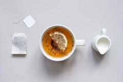 handluje porcelany świeżego porcelanowe truskawek herbatę razem Filiżanka gorąca czarna herbata na błękitnym tle, odgórny widok Zdjęcie Stock