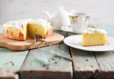 handluje porcelany świeżego porcelanowe truskawek herbatę razem Filiżanka herbata z domowej roboty jabłczanym tortem z kremowym s Zdjęcie Royalty Free