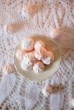handluje porcelany świeżego porcelanowe truskawek herbatę razem Je lunch z diet białymi i różowymi deserowymi marshmallows Obrazy Royalty Free