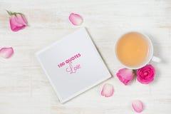 handluje porcelany świeżego porcelanowe truskawek herbatę razem Lekki tło z kwiatami i filiżanką herbata Obrazy Stock