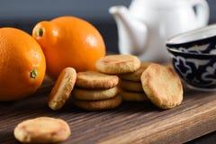 handluje porcelany świeżego porcelanowe truskawek herbatę razem Mali ciastka, organicznie cytryny, puchary i teapot na dębie, Fotografia Stock