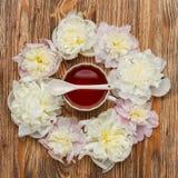 handluje porcelany świeżego porcelanowe truskawek herbatę razem Mieszkania nieatutowy nadmierny drewniany tło z peoniami, filiżan Fotografia Royalty Free