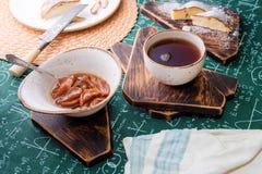 handluje porcelany świeżego porcelanowe truskawek herbatę razem Morelowy dżem, chałupa sera kulebiak i filiżanka herbata na drewn Zdjęcia Stock