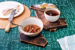 handluje porcelany świeżego porcelanowe truskawek herbatę razem Morelowy dżem, chałupa sera kulebiak i filiżanka herbata na drewn Zdjęcie Stock