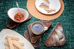 handluje porcelany świeżego porcelanowe truskawek herbatę razem Morelowy dżem, chałupa sera kulebiak i filiżanka herbata na drewn Zdjęcie Royalty Free