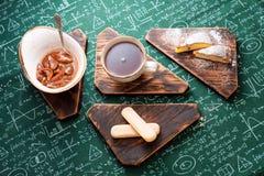 handluje porcelany świeżego porcelanowe truskawek herbatę razem Morelowy dżem, chałupa sera kulebiak i filiżanka herbata na drewn Zdjęcia Royalty Free