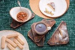 handluje porcelany świeżego porcelanowe truskawek herbatę razem Morelowy dżem, chałupa sera kulebiak i filiżanka herbata na drewn Fotografia Royalty Free