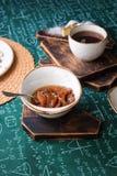 handluje porcelany świeżego porcelanowe truskawek herbatę razem Morelowy dżem, chałupa sera kulebiak i filiżanka herbata na drewn Obrazy Royalty Free