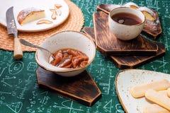 handluje porcelany świeżego porcelanowe truskawek herbatę razem Morelowy dżem, chałupa sera kulebiak i filiżanka herbata na drewn Obraz Royalty Free
