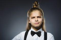 Handlungsmädchen lokalisiert auf grauem Hintergrund Negatives Gefühl nahaufnahme Stockfoto