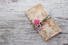Handmade ślubni zaproszenia robić papier Zdjęcie Stock