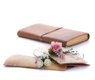 Handmade ślubni zaproszenia robić papier Zdjęcia Stock