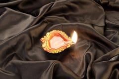 Handmade лампа глины Diwali на черной предпосылке сатинировки Стоковое Изображение RF