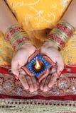 Handmade лампа Diwali Diya в женской руке Стоковые Изображения