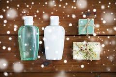Handmade бары мыла и бутылки лосьона на древесине Стоковая Фотография