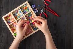 Handmade браслет кнопки Установите ярких покрашенных кнопок, плоскогубцев Идея ювелирных изделий bangle DIY Легкий сделайте творч стоковое фото